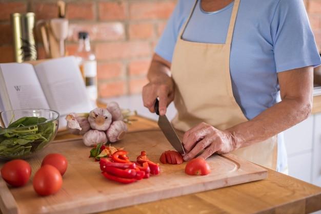 まな板の上で野菜を切る