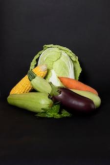 野菜のキャベツ、ナス、ニンジン、ズッキーニ、黒いスペースのトウモロコシ
