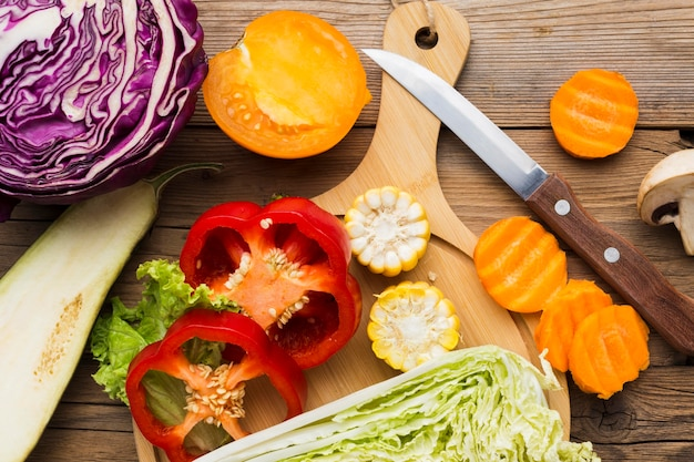 Composizione di verdure su fondo in legno