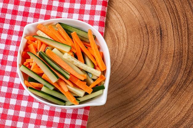 つまようじ、にんじん、きゅうりに切った野菜