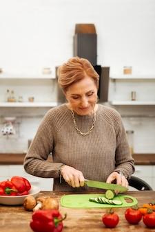 夕食の野菜。一人で家にいるセーターにかっこいい光を放ち、新鮮な野菜を使った食事の準備