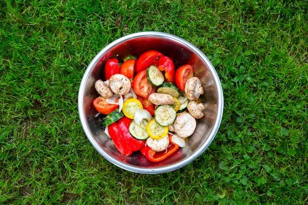 Овощи для гриля лежат в тарелке. кабачки, помидоры, грибы и перец для здорового ужина. летняя еда.