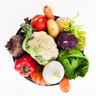白で隔離される鍋のスープのための野菜