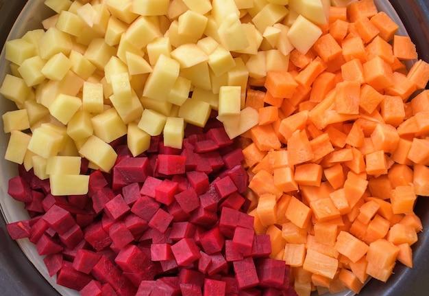 Овощи на пару. смешанные кубики овощей. здоровая пища