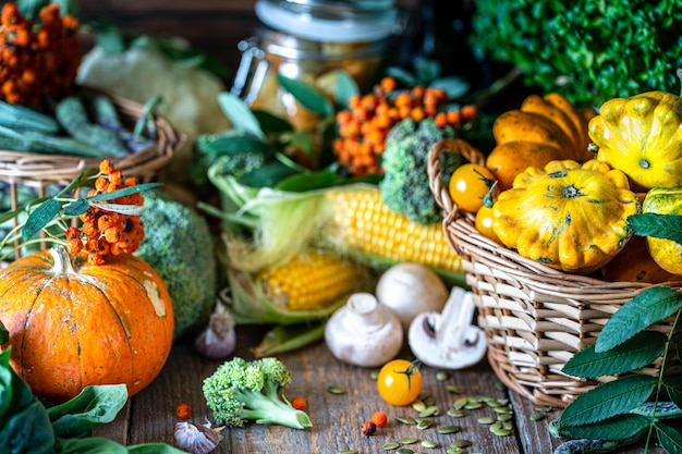 Овощи свежие био овощи в корзине.