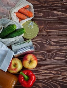 야채, 과일 및 나무 테이블에 통조림