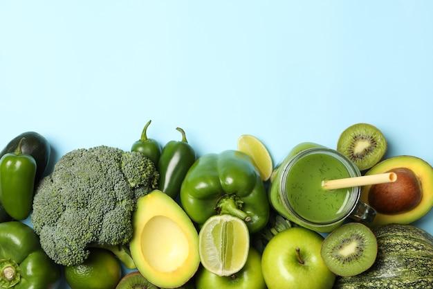 青い背景の上の野菜、果物、スムージー