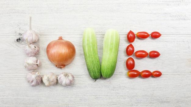 러브레터로 줄지어 늘어선 야채 마늘 양파 오이