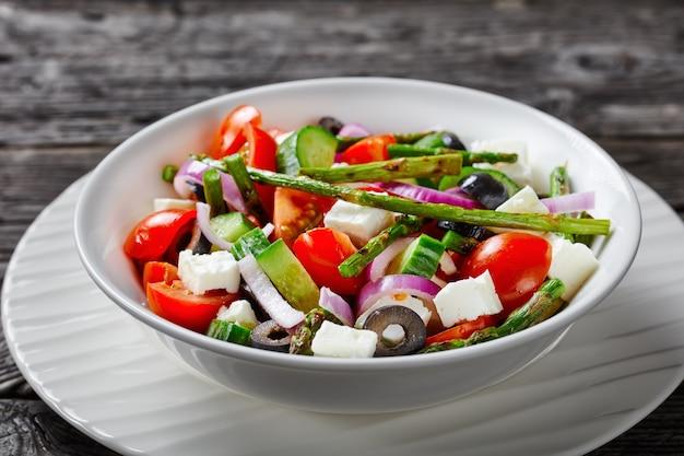 グリルしたアスパラガスと野菜のギリシャ風サラダ