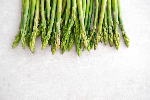 野菜。テーブルの上のグリーンアスパラガス