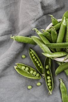 Овощи. зеленый горошек на столе