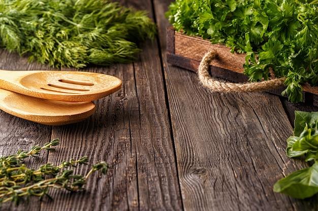 야채, 허브, 향신료 테이블. 선택적 초점.