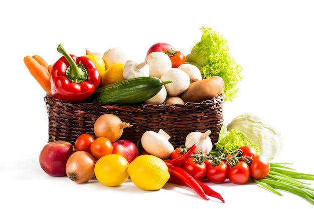 白で隔離のバスケットの野菜 Premium写真