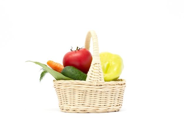 Овощи в корзине, изолированные на белом фоне