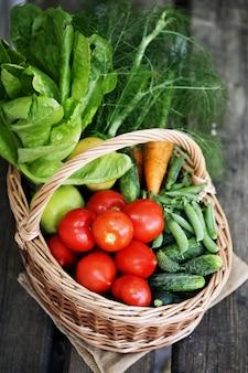 大きなバスケットの野菜。上面図