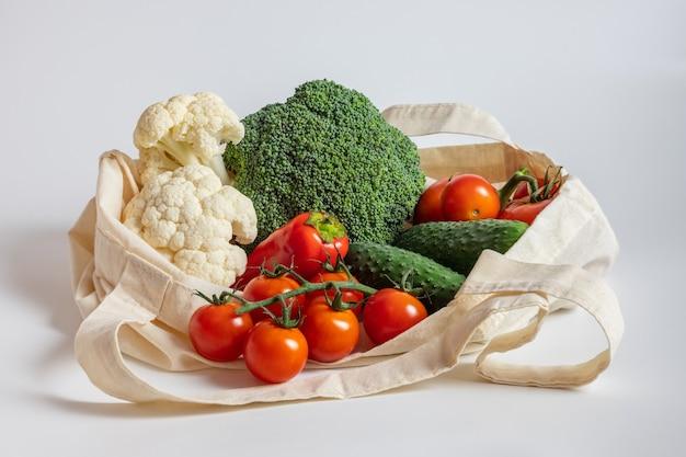 흰색 바탕에 재사용 가능한 섬유 가방에 야채