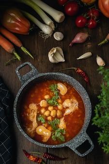 Овощи, чечевица и нут, вегетарианский или веганский суп, источник белка