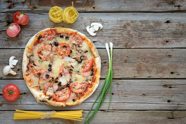 Овощи, грибы и помидоры пицца на деревянном фоне