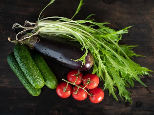 Овощи на темном фоне, крупным планом