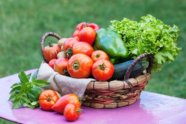 日光の下で庭のテーブルの上の野菜