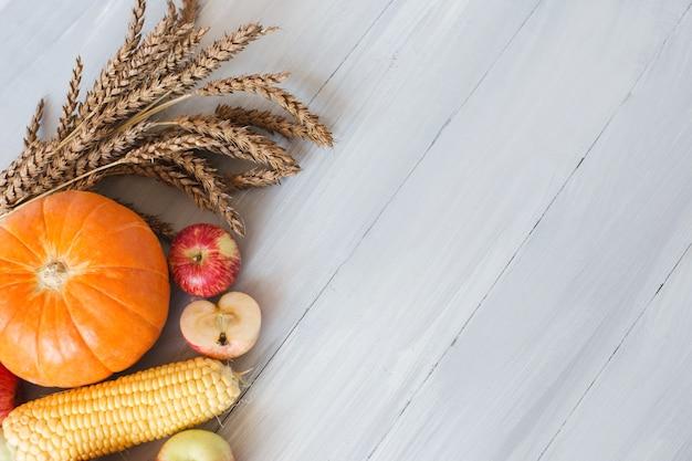 木製の背景、上面図の野菜