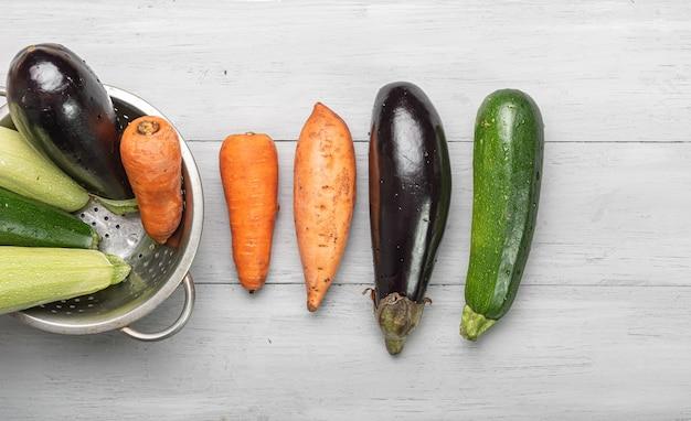 木製のテーブルの上の野菜。ラタトゥイユの材料