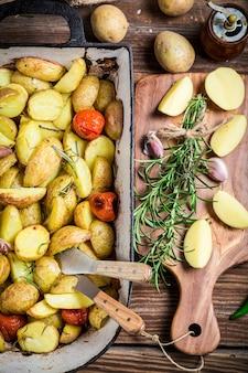 Овощи на разделочной доске, вид сверху
