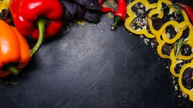 暗い背景の野菜。天然の有機ビーガン食。健康的なバランスの取れた食品