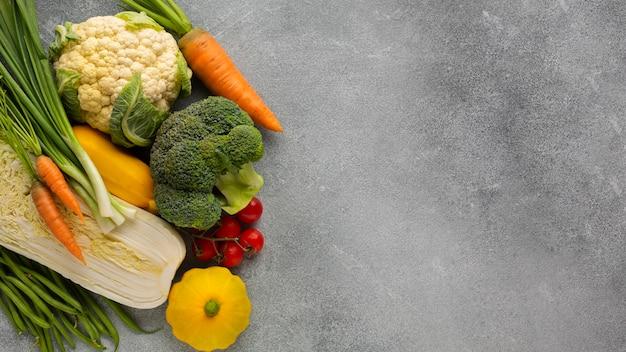 灰色のスレート背景に野菜