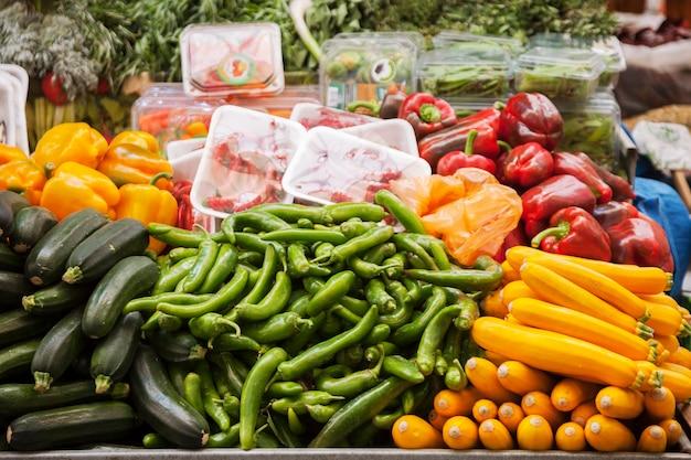 イスラエル、エルサレムの市場にある野菜