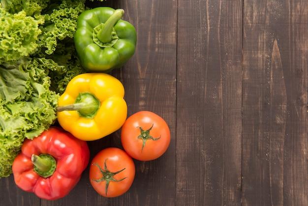 Овощи на деревянном backgorund, таблице натуральных продуктов.