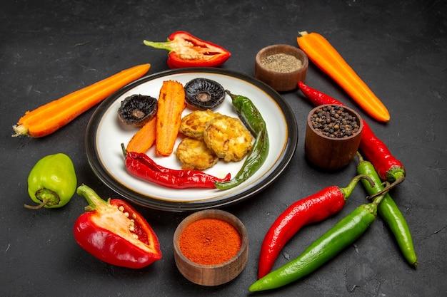 Овощи тарелка жареных овощей рядом со специями овощи