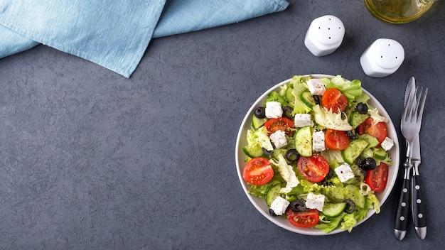 Салат из овощей на тарелке. греческий салат. вид сверху, копировать пространство