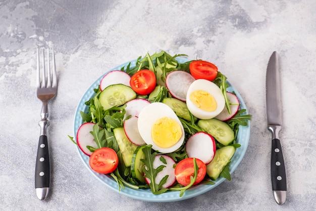 フォークとナイフを添えて皿に野菜のサラダ。ダイエット食品のコンセプト。健康食品