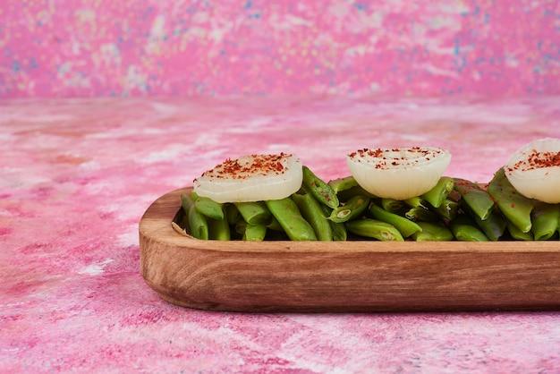 Салат из овощей на деревянной доске.