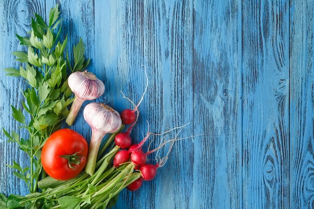 野菜セット、ニンニク、トマト、大根の木製の表面