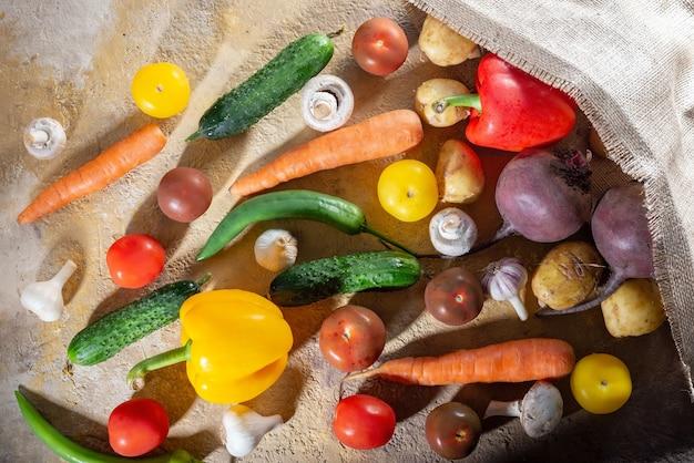 야채가 가방에서 테이블 위로 쏟아졌습니다. 위에서 볼. 신선한 야채 플랫 레이