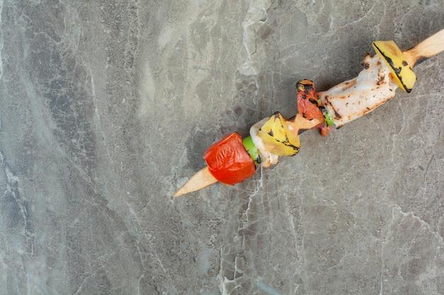 Овощи с куриным мясом на мраморном фоне. фото высокого качества