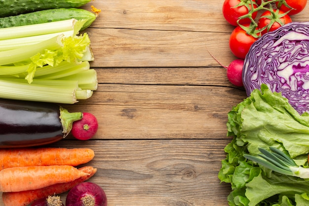 Verdure sulla tavola di legno