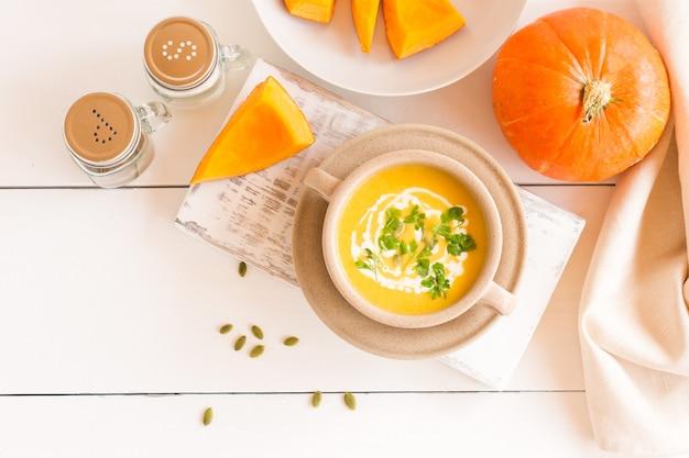 호박 씨와 채식 가을 호박 크림 수프입니다. 평면도.