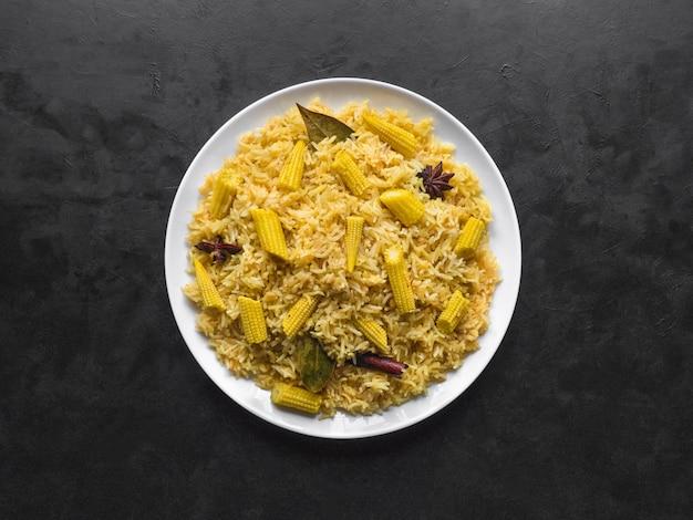 Вегетарианские бирьяни с кукурузой. пряный кукурузный рис