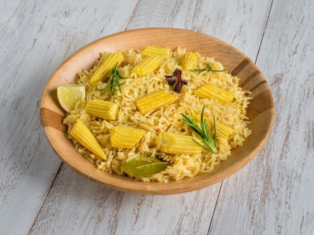 Вегетарианские бирьяни с кукурузой.
