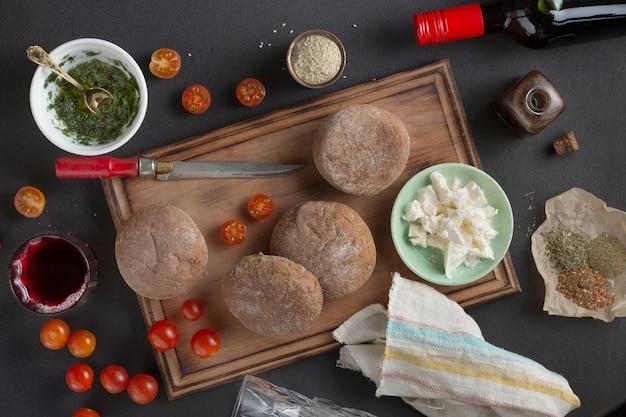 ベジタリアンのブルスケッタとワイン。伝統的なイタリアンサンドイッチ
