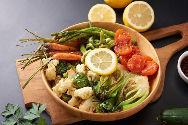 Ciotola vegetariana del buddha con insalata di verdure fresche e ceci.