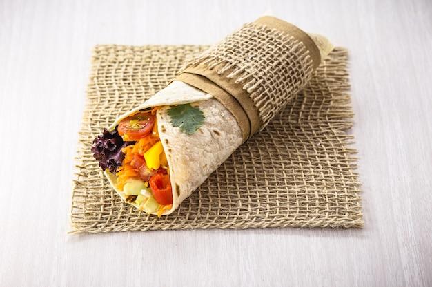 Вегетарианский буррито, фаршированный овощами гриль, здоровая пища, острый, вкусный