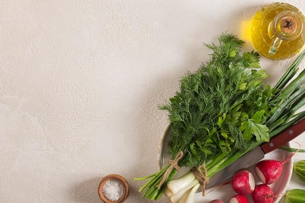 きれいな野菜やハーブを調理するベジタリアン