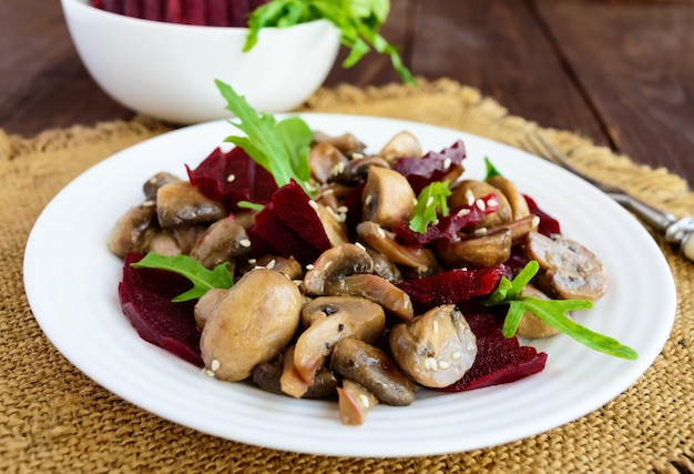 채식 삶은 사탕무, 버섯 및 arugula의 비타민 샐러드.