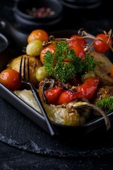 黒鍋に焼き野菜のベジタリアン料理