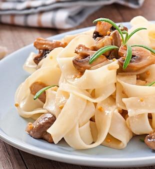Piatto vegetariano con tagliatelle e funghi