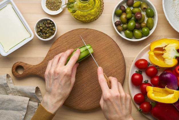 ベジタリアン料理きゅうり切り野菜のギリシャ風サラダホリアティキ